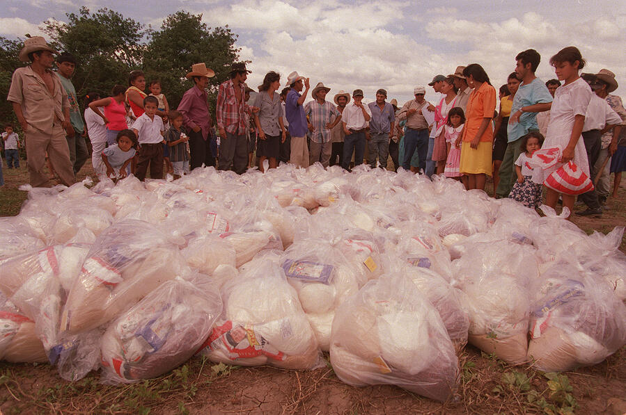 1998- Huracán Mitch entrega raciones de alimento